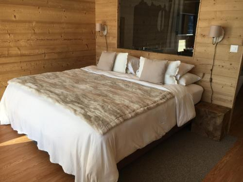 A bed or beds in a room at Appartement supérieur Winoka Lodge