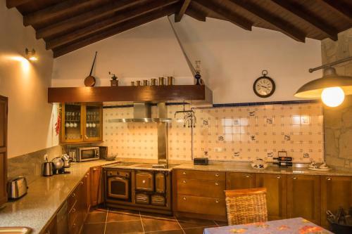 A kitchen or kitchenette at Casa do Beijinho