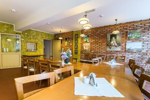 Restauracja lub miejsce do jedzenia w obiekcie Hostel Wieżyca