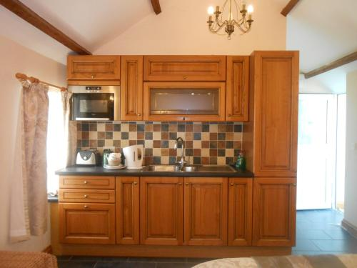 A kitchen or kitchenette at Lletygwilym, Heol dwr