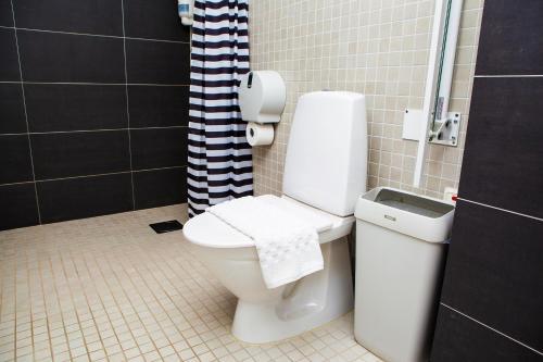 A bathroom at Hotell Årstaberg