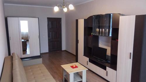 Телевизор и/или развлекательный центр в Уютные апартаменты на Высоковольтной 22