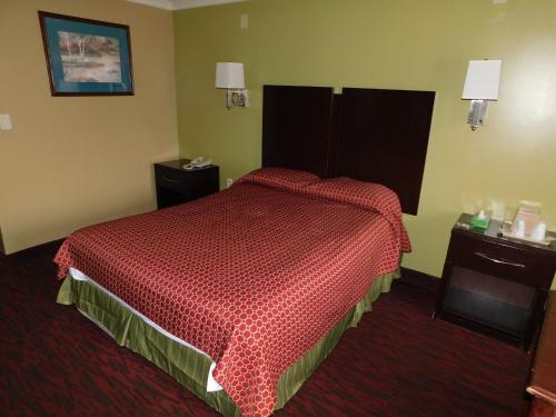 A bed or beds in a room at Mounts Motel