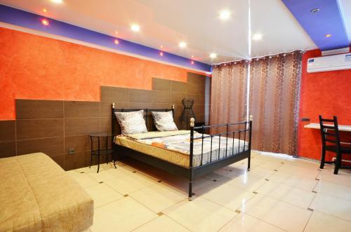 "Кровать или кровати в номере Apartment on Lermontova ""Red"""
