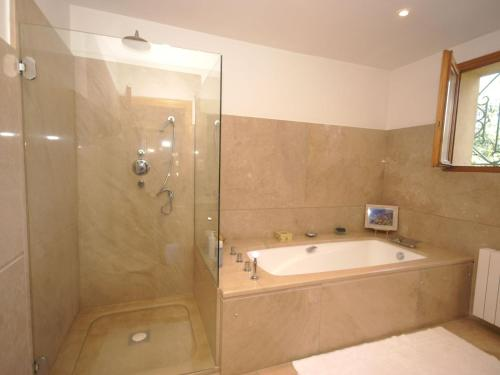 A bathroom at Cozy Villa in Sorgues with Swimming Pool
