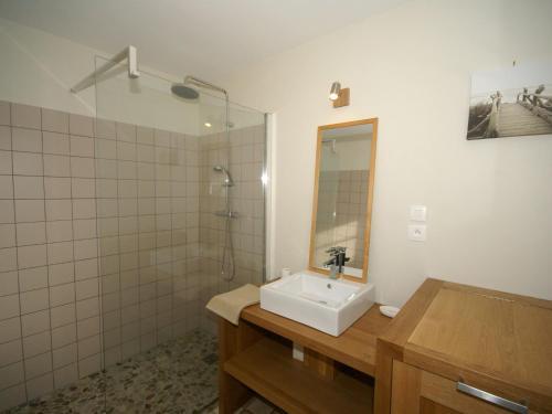 Salle de bains dans l'établissement Peaceful Holiday home in Sentelie North France with Garden