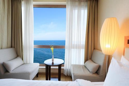 Coin salon dans l'établissement Ocean Suites Jeju Hotel