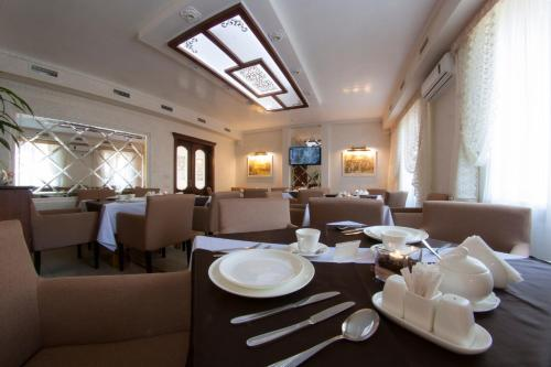 A restaurant or other place to eat at Naftusya Hotel