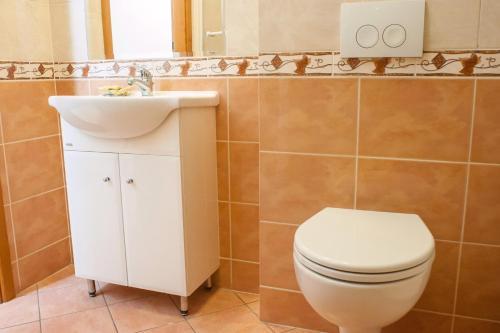 A bathroom at Kamienica Pod Aniolami