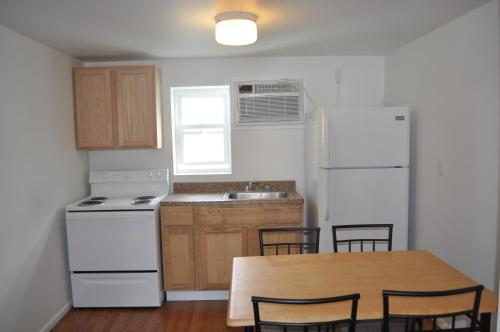 A kitchen or kitchenette at South Wind Apartments