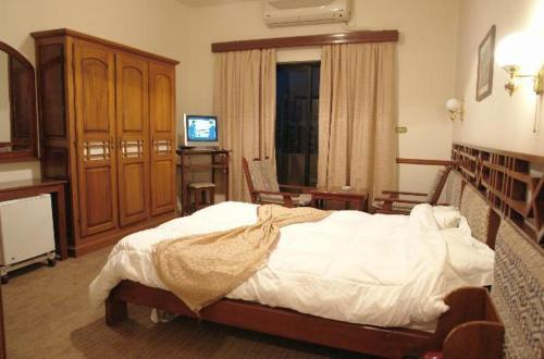 A bed or beds in a room at Al Naher Hotel