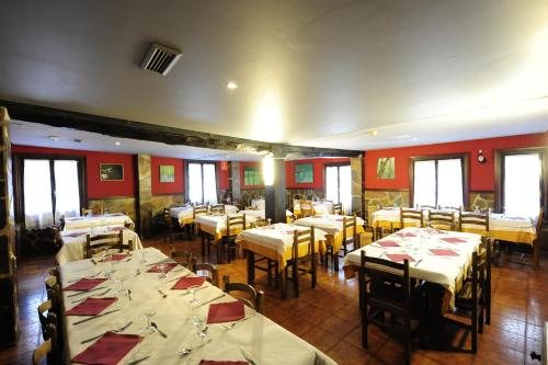 A restaurant or other place to eat at Hotel Rural Bereau