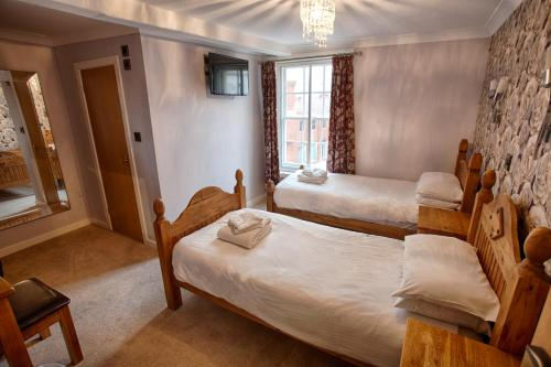 A bed or beds in a room at The Elephant & Castle Hotel