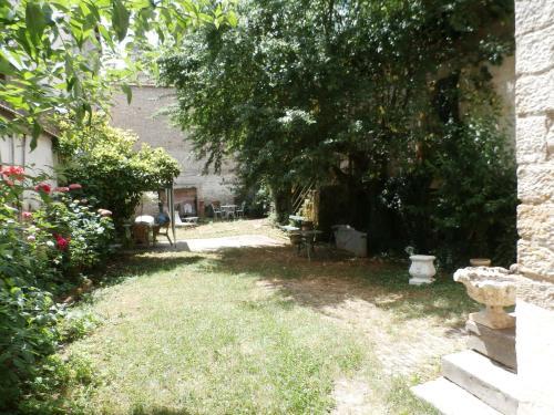 A garden outside Rustic Holiday Home inGray Franche-Comte with Garden