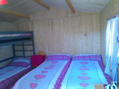 Ein Bett oder Betten in einem Zimmer der Unterkunft Pilger-Hüttli - Blockhaus