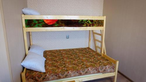 Двухъярусная кровать или двухъярусные кровати в номере Apartment on Leninskiy prospekt 150