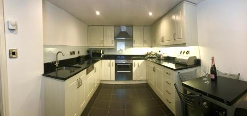 A kitchen or kitchenette at No. 14