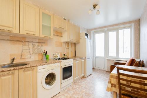 Кухня или мини-кухня в Busines Brusnika Apartment Vystavochnaya