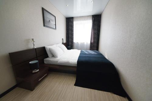 Кровать или кровати в номере PaulMarie Apartments on Zaslonova 4