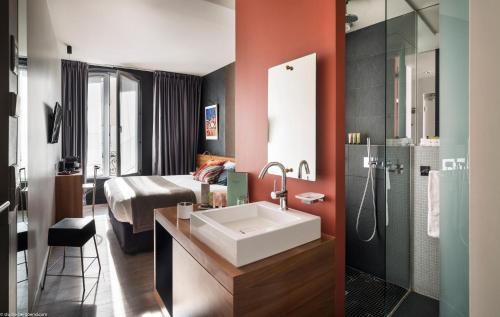 A bathroom at Fred'Hotel