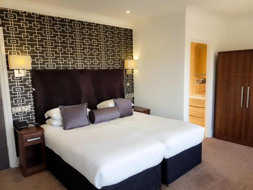 A bed or beds in a room at Cumberland Hotel - OCEANA COLLECTION