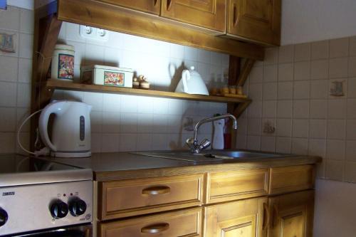 A kitchen or kitchenette at Nádfedeles vendégházak