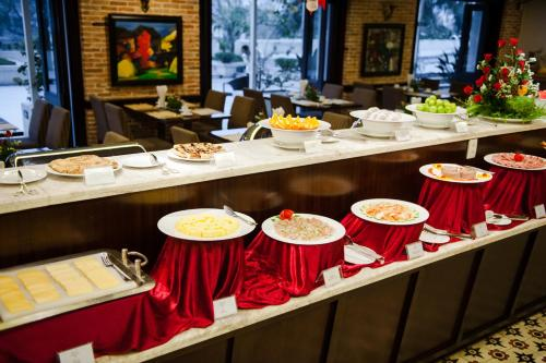 A restaurant or other place to eat at Muong Thanh Holiday Hue Hotel