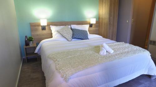 A bed or beds in a room at VVF Villages « La Plaine d'Alsace » Obernai