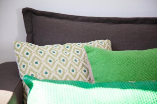 Cama o camas de una habitación en COME TO SEVILLA Suites del Arenal