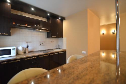 Кухня или мини-кухня в Renta36 Apartment on Kutsygina 30