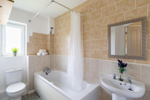 A bathroom at Wolverhampton City Stay