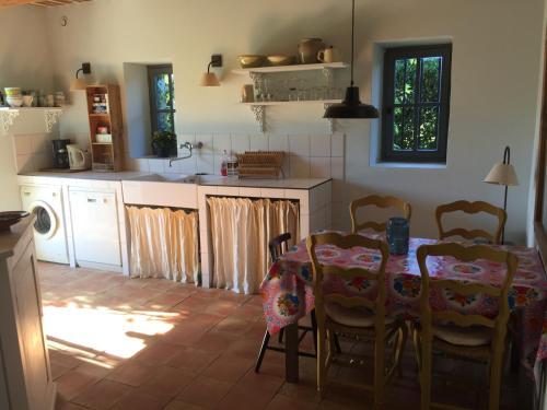A kitchen or kitchenette at Le Mas des Peupliers