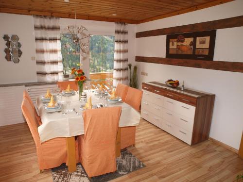 Ein Restaurant oder anderes Speiselokal in der Unterkunft Brennseeblick