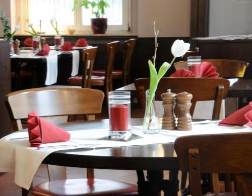 Ein Restaurant oder anderes Speiselokal in der Unterkunft Hotel Döbelner Hof