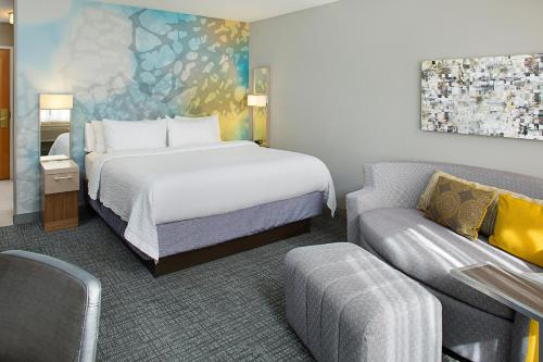 A bed or beds in a room at Courtyard by Marriott Sacramento Midtown