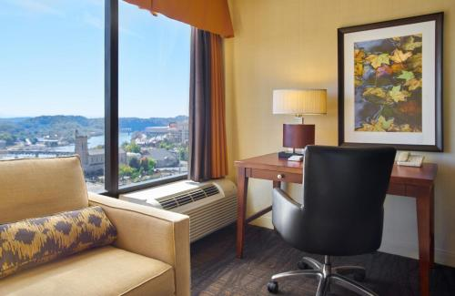 A seating area at Hilton Knoxville