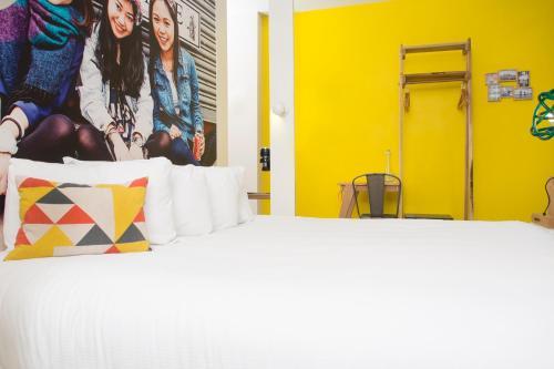 Llit o llits en una habitació de Qbic Hotel London City