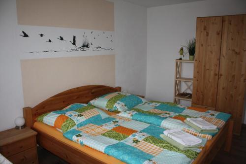 Ein Bett oder Betten in einem Zimmer der Unterkunft Ferienwohnung Alte Brennerei