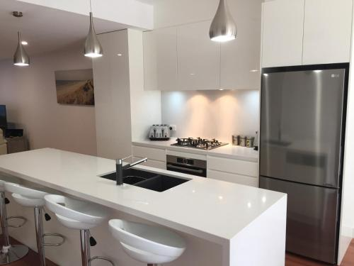 A kitchen or kitchenette at Chic Townhouse in North Adelaide