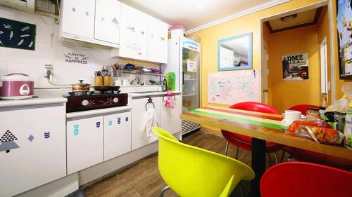 A kitchen or kitchenette at YaKorea Hostel Itaewon