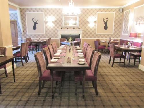 A restaurant or other place to eat at Kingswood Hotel
