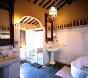 A bathroom at Castello Del Poggiarello Di Stigliano