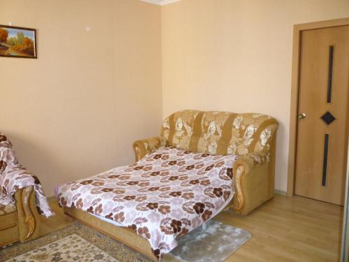 A bed or beds in a room at Apartment on Lermontova