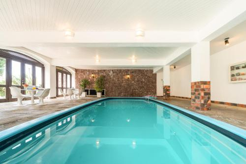 The swimming pool at or close to Vila Suzana Parque Hotel