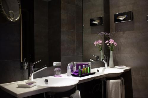A bathroom at Ayre Hotel Sevilla