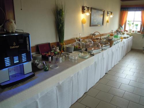 Ein Restaurant oder anderes Speiselokal in der Unterkunft Gästehaus Zur schönen Aussicht