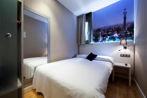 A bed or beds in a room at Hostal BCN Ramblas