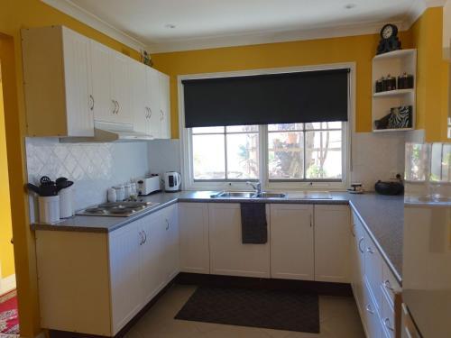 A kitchen or kitchenette at The Blacksmiths Cottage