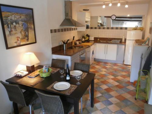 A kitchen or kitchenette at Maison de la Place