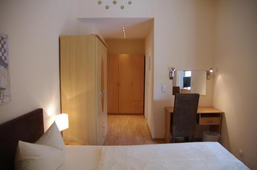 A bed or beds in a room at Hotel Sendlinger Tor